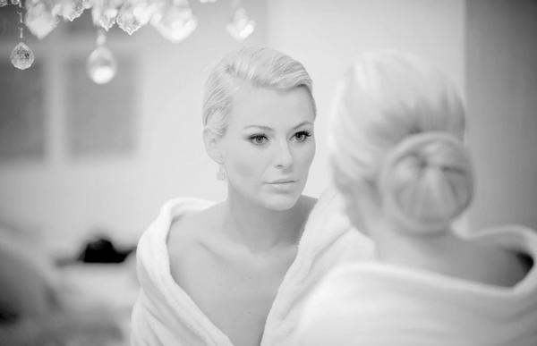 woman_looking_in_mirror1